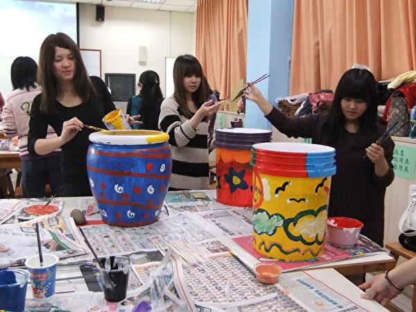 明新科大幼保系学生在艺术实务教室学习儿童艺术彩绘课程。(图:明新科大提供)