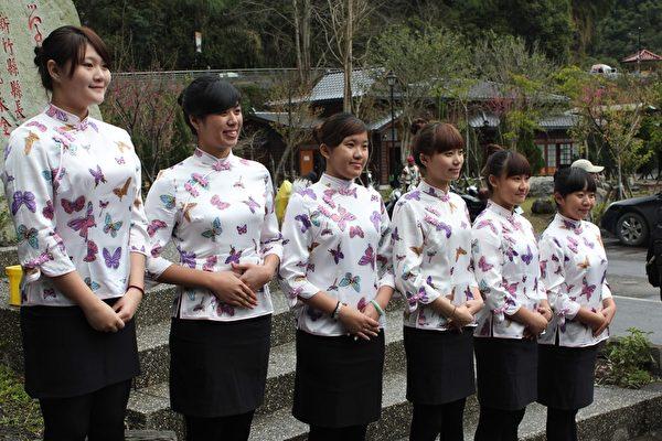 明新科大休闲系学生担任新竹县亲善大使协助接待来宾。(图:明新科大提供)