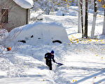 美國紐約州水牛城於2014年11月18日,降下一場強大暴風雪,積雪在不到24小時內已高達1.5米,並造成4人死亡。(John Normile/Getty Images)