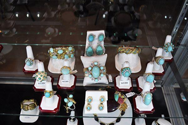 圖:Bench Mark of Palm Beach的Tiffany & Co收藏。(樂原/大紀元)