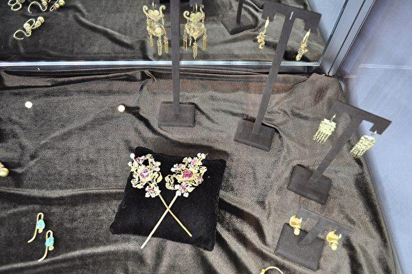 圖;Yewn Heritage Jeweller的明清時期的宮廷髮簪、耳環等。(樂原/大紀元)