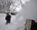 美國紐約州水牛城被大雪覆蓋,厚度高達5英尺。而11月20日(週四)的新一波降雪,將會給該地區再帶來最多3英尺厚的大雪。(John Normile/Getty Images)