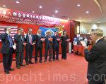 會長鐘承楚(左四)與新一屆職員在州眾議員寇頓帶領下,宣誓就職。(蔡溶/大紀元)