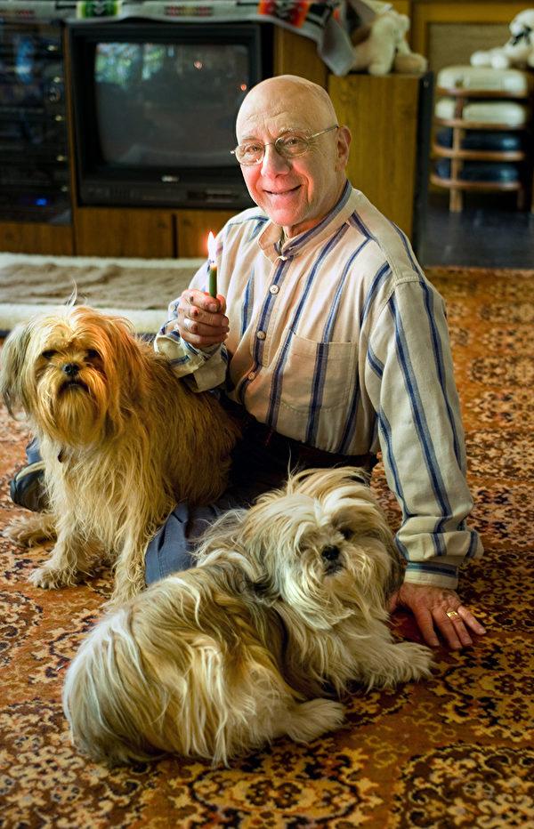 """西格尔医生常与两只从避难所领养的小哈巴狗形影不离。他说:""""研究发现有宠物的精神寄托的人活得长。"""" (Bernie Siegel提供)"""
