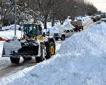 11月21日,大雪過後鏟車出現在美國紐約州水牛城的街道上鏟雪。近期氣溫回升,積雪融化有可能會導致水災。(John Normile/Getty Images)
