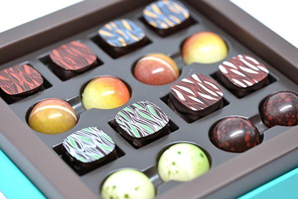 """如玉温润的蓝绿色,圣诞落雪般的白色丝带,优雅的礼盒,落落大方的盛放着数款方方圆圆的巧克力,正是ChocolaTas创造出的圣诞喜悦——最新""""优雅""""系列。 (景浩/大纪元)"""
