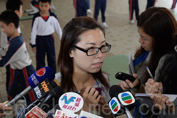 小一自行分配学位取录名单公布。在上水惠州公立学校,有不少家长到学校了解结果。(宋祥龙/大纪元)