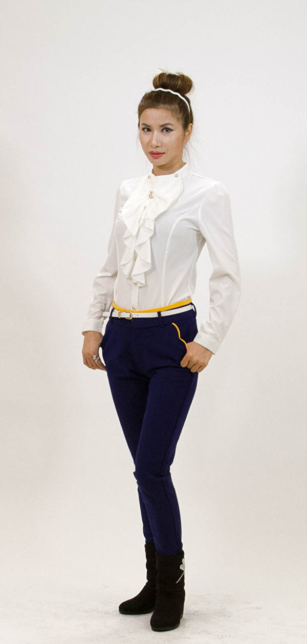 百叶领衬衫搭配深蓝色裤子,显得人精神又干练。(蒋凯/大纪元)