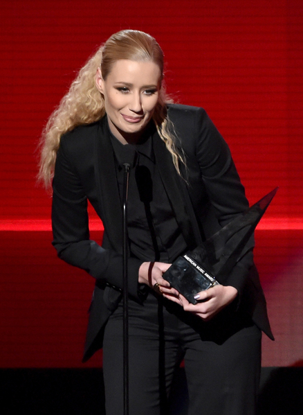 2014年11月23日,澳洲嘻哈歌手伊姬•阿洁莉亚于第42届全美音乐奖获颁最受欢迎饶舌/嘻哈歌手奖。(Kevin Winter/Getty Images)