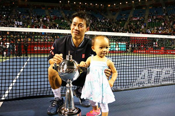 锦织圭10月5日在东京乐天网球公开赛上夺得冠军之后,与教练张德培的小女儿合影。(Photo by Koji Watanabe/Getty Images)