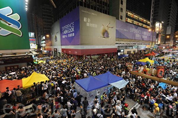 香港警方11月25日在旺角清场行动中,晚上十点在山东街一带示威人士一度和警方发生冲突。警方拘捕多名示威者。(文瀚林/大纪元)