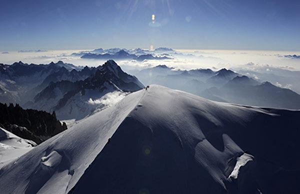 法国阿尔卑斯山勃朗峰(PHILIPPE DESMAZES/AFP/Getty Images)