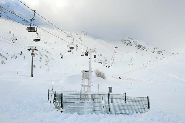 法国夏蒙尼雪山滑雪场滑雪道和缆车。(JEAN-PIERRE CLATOT/AFP/Getty Images)