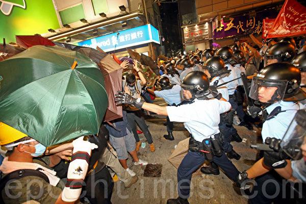 香港警方11月25日在旺角清场行动中,与示威人士发生多次冲突,警方并在场拘捕多名示威者。(潘在殊/大纪元)