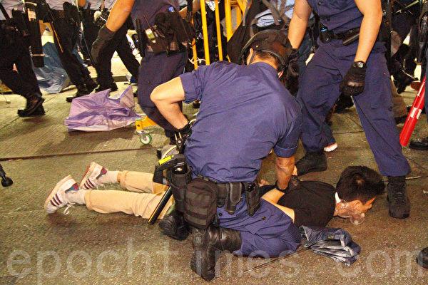 香港警方11月25日在旺角清场行动中,与示威人士发生多次冲突,警方并在场拘捕多名示威者。(蔡雯文/大纪元)