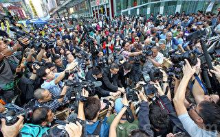 香港执达吏及代表计程车团体的律师24日到旺角亚皆老街张贴禁制令告示。(潘在殊/大纪元)