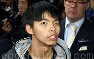2014年11月27日,被警方拘捕的学民思潮召集人黄之锋获保释,他展示拘捕过程中被警方弄伤的颈部和头部。(潘在殊/大纪元)