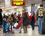 11月27日美國感恩節當天氣候轉好,美國人出行或將不再受到氣候的考驗。紐約拉瓜迪亞機場的旅客陸續湧現。 (Andrew Theodorakis/Getty Images)