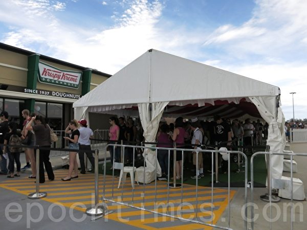 Krispy Kreme開店首日排長隊。(高敏/大紀元)