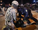 美国密苏里州佛格森市(Ferguson)11月28日再发生多起示威,警方在示威抗议中逮捕15人。(Scott Olson/Getty Images)