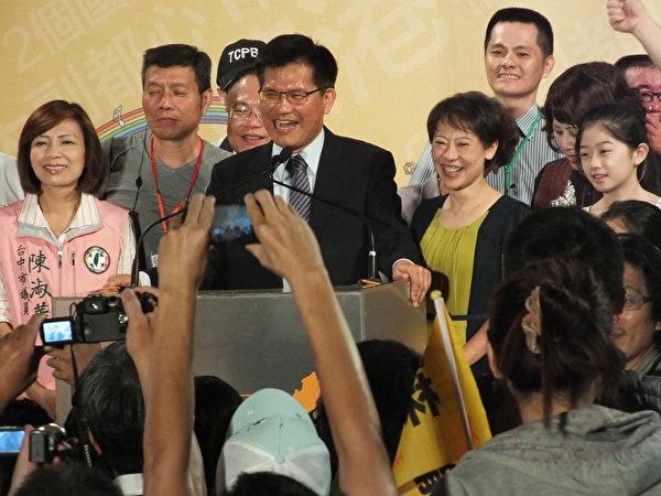 林佳龍當選臺中市長,晚間7時現身總部發表當選感言,他將勝選歸功於年輕人要「做自己」的決心!(黃玉燕/大紀元)