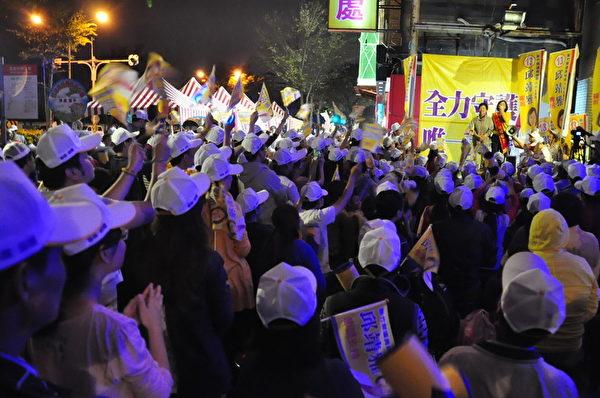 無黨籍新竹縣議員候選人邱靖雅發表當選感言,支持者熱情呼應。(賴月貴/大紀元)