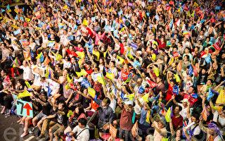 臺灣九合一選舉29日舉行,數千名無黨籍臺北市長候選人柯文哲的支持者晚間在競選總部前觀看開票,對於柯文哲的持續領先歡呼興奮。(陳柏州/大紀元)