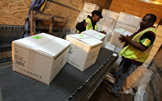圖為美國UPS(United Parcel Service, Inc.)公司員工在處理聖誕節前的包裹寄送。 (Justin Sullivan/Getty Images)