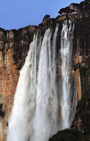 巴西安赫爾瀑布從羅賴馬山山頂飛瀉而下。(THOMAS COEX/AFP/Getty Images)