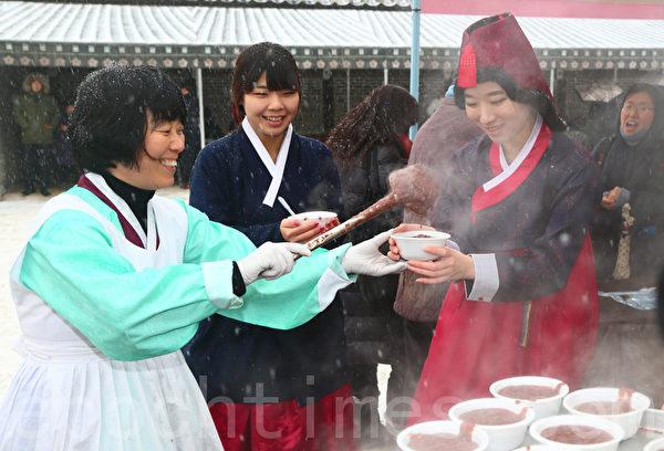"""""""冬至"""",韩国人有喝红豆粥的习俗。首尔观光景点""""韩屋村""""为游客免费熬制红豆粥。(摄影:全宇/大纪元)"""