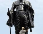 印度孟买,圣雄甘地的塑像。(INDRANIL MUKHERJEE/AFP)