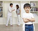 父母离婚的孩子比其他孩子有更大的机会经历成长的困难,但父母仍能通过约束自己的行为来避免这种伤害。(Fotolia)