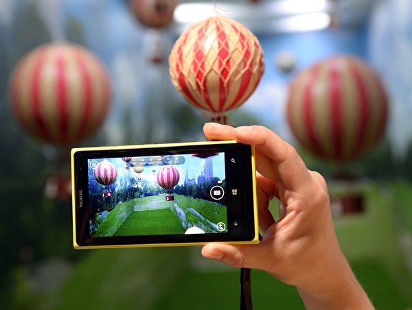 Nokia旗舰型智能手机Lumia 1020一直都是主打高阶拍照功能,搭载4,100 万像素PureView BSI CMOS相机。(TIMOTHY CLARY/AFP)