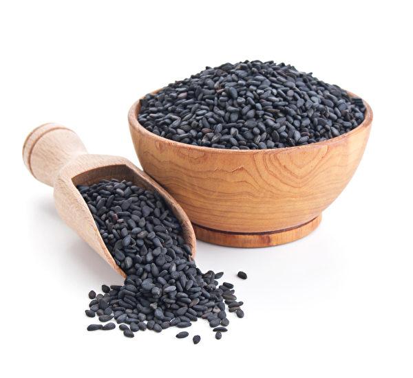 中国自古就知道黑芝麻的养生价值,《神农本草经》、《本草纲目》等医书都收录了黑芝麻的养生功效。(fotolia)
