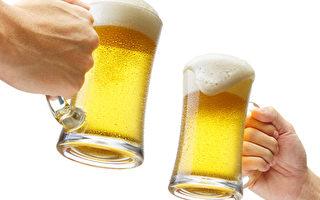喝啤酒滴到衣服,马上用卫生纸沾水按压啤酒渍,淡化污渍。(Fotolia)