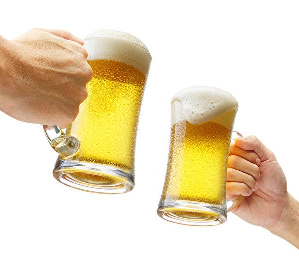 喝啤酒滴到衣服,馬上用衛生紙沾水按壓啤酒漬,淡化汙漬。(Fotolia)