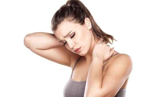 整天坐在辦公桌前的上班族,筋骨酸痛是很難避免的。(Fotolia)