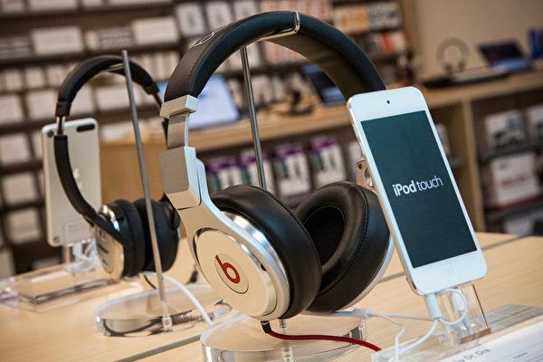 传言2015年苹果会将Beats Music和iTunes整合,成为一个更大的线上音乐软件平台,直接与其他线上音乐软件平台竞争。(Andrew Burton/Getty Images)
