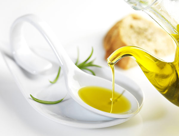"""橄榄油是可以""""吃""""的美容护肤品,用它来除恼人的黑头粉刺和眼袋有很好的效果。(Fotolia)"""