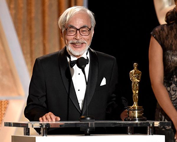 日本動畫大師宮崎駿接受奧斯卡終身成就獎後含笑致辭。(Kevin Winter/Getty Images)