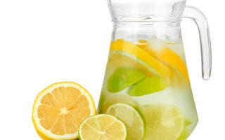 早上来杯新鲜的柠檬水,能帮助代谢人体的废弃物质,对健康有异想不到的好处。。(fotolia)