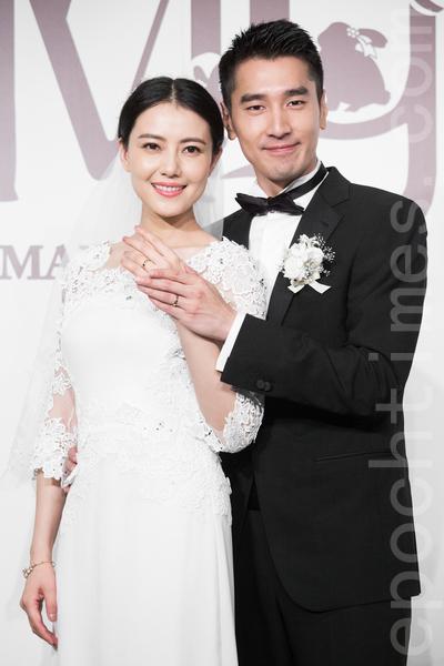 金鐘影帝趙又廷(右)和大陸女星高圓圓(左)11月28日在台北舉辦婚禮,兩人一同秀出婚戒。(陳柏州/大紀元)