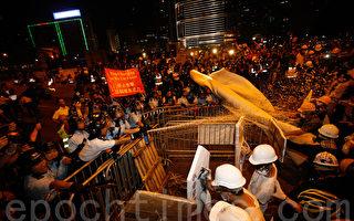 香港学联和学民思潮11月30日晚上9时宣布包围政总,大批示威人士与警方在龙和道一带发生冲突,警方挥动警棍及施放胡椒喷雾驱散人群。(潘在殊/大纪元)