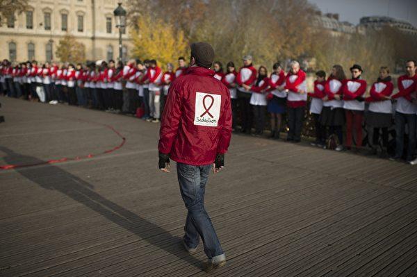 11月30日,人们参加在巴黎举行的世界爱滋病日的集会。(MARTIN BUREAU/AFP/Getty Images)