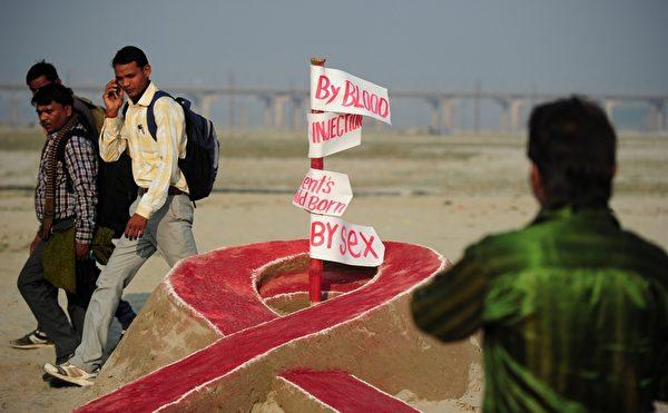 印度阿拉哈巴德大学艺术专业的学生为世界爱滋病日制做了精美的沙雕。(Sanjay Kanojia/AFP/Getty Images)