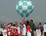 11月30日,世界爱滋病日前夕,印度加尔各答孩童和社会工作者施放了一个象征性的热气球,期待唤起人们对爱滋病的认知。(DIBYANGSHU SARKAR/AFP/Getty Images)