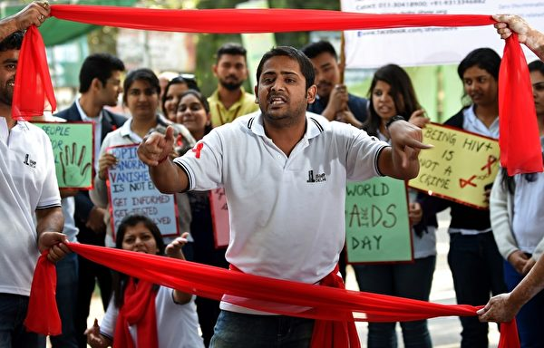 12月1日,为纪念世界爱滋病日,印度新德里学生进行街头戏剧演出推广了解爱滋病毒感染和预防方法,据2013年年底的统计,印度为世界爱滋病毒感染者数量第三多的国家,亚太地区的爱滋病相关死亡有一半发生在印度。(SAJJAD HUSSAIN/AFP/Getty Images)