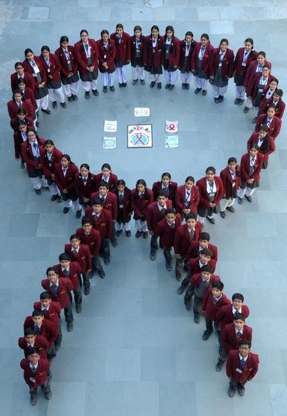 12月1日,为纪念世界爱滋病日,印度阿姆利则学生排成一个红丝带的形状。(NARINDER NANU/AFP/Getty Images)