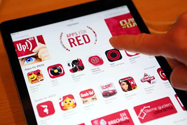 12月1日,照片上显示了iPad在Apple Store上的RED APPS。(Adam Berry/Getty Images for Apple)