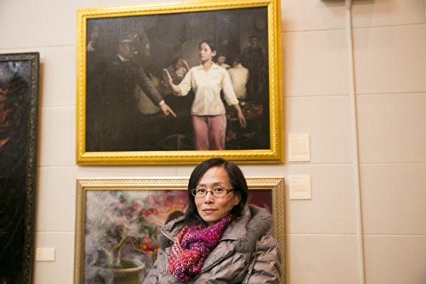 王慧敏与她的作品《美丽的背后-监狱奴工产品》。(戴兵/大纪元)